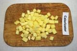 Шаг 2. Сыр нарезать кубиками, оставить 30 грамм сыра для украшения.