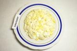 Шаг 4. Смешать яйца, сыр, мясо, кукурузу с майонезом и выложить горкой на блюдо.