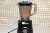 Шаг 3. Слить с дыни ненужную воду и добавить с бананом в стакан блендера. Взбить