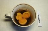Шаг 2. В стакане кипятка заварить чай и опустить в чай верхушки на 20-25 минут.