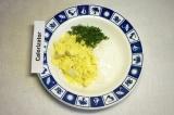 Шаг 4. Из яйца вынуть желток, не нарушая целостность. Смешать желток, сметану