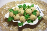 Шаг 9. Выложить шарики на блюдо и украсить зеленью.