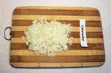 Шаг 1. Почистить и мелко порезать лук.