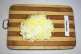 Шаг 2. Яйца отварить и натереть на терке.