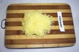 Шаг 4. Сыр натереть на терке.