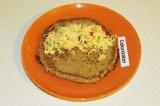 Шаг 4. Выложить на лепешку сыр и перец, свернуть в виде рулета.