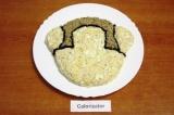 Шаг 7. Оформить салат. Выложить салат в форме морды обезьянки. Маслины разрезать