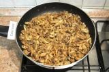 Шаг 4. Мелко нарезать репчатый лук, грибы нарезать пластинками. Обжарить грибы