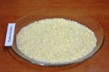 Шаг 6. Форму смазать оливковым маслом. Выложить ровным слоем половину риса.
