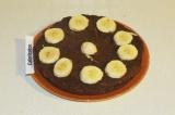 Шаг 9. По желанию положить нарезанные кружочком бананы (год мартышки как-никак).