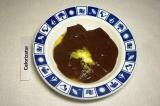 Шаг 3. Масло добавить к шоколаду, перемешать.