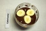 Шаг 4. Обмакнуть кусочки бананов в шоколад.