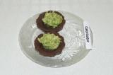 Шаг 11. Выложить на половинку корзинки пюре из авокадо.