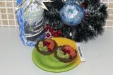 Готовое блюдо: новогодние корзинки с форелью и авокадо