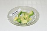 Шаг 8. Очистить авокадо и нарезать.