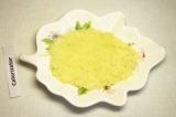 Шаг 1. Отварить яйца, картофель и куриное филе. Картофель очистить и натереть на