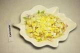 Шаг 3. Куриное филе и яйца мелко порезать, яблоко потереть на тёрке и сбрызнуть