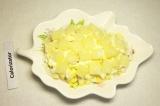 Шаг 4. Сверху выложить половину кусочков ананаса.