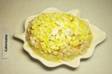 Шаг 5. Дальше повторить слои: картофель, майонез, лук, мясо, майонез, яблоко