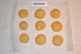 Шаг 5. С теста сформировать печенье и выложить его на пергаментную бумагу. Духов