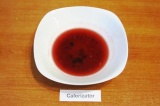 Шаг 1. Смешать в небольшой мисочке вишневый джем и жидкий мед, влить сок, выдавл