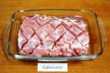 Шаг 2. Сделать на филе надрезы по диагонали глубиной около 5 мм. Выложить мясо в
