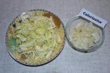 Шаг 4. Капусту и лук мелко нарезать.