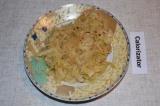 Шаг 5. Обжарить капусту с луком на сковороде, посолить и поперчить. Томить под к