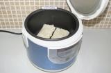 Шаг 6. Выложить в чашу мультиварки и поставить режим выпечка на 20 минут.