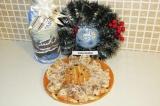 Готовое блюдо: новогодний рулет с творогом и фруктами