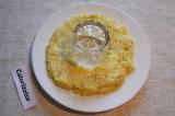 Шаг 2. Выбрать подходящую посуду для салата, в середину тарелки поставить стакан