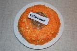 Шаг 5. Морковь натереть на терке, заправить майонезом и посолить. Выложить четве