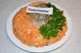 Шаг 6. Украсить салат, в форме веночка, листочками петрушки. Аккуратно вынуть