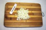 Шаг 1. Лук мелко порезать и поджарить, добавив одну столовую ложку растительного