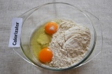 Шаг 2. В другой посуде смешать яйца, соду, муку и ванильный сахар.