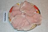 Шаг 1. Свиной биток разрезать на порционные куски, отбить.