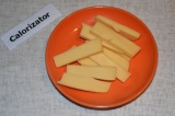 Шаг 2. Сыр нарезать длинными и толстыми полосками. Сладкий перец очистить и тоже