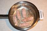 Шаг 6. Хорошо разогреть сковороду с растительным маслом и обжарить рулеты с обеи