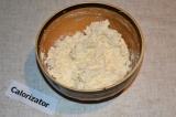 Шаг 1. Творог смешать с измельченным чесноком и сметаной. Если не хватает соли