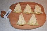 Шаг 3. Плавленый сыр выдавить через чесночницу. Получаются кучерявые ёлочки.