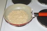 Шаг 2. Пожарить коржи на сковороде как блинчики.