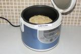 Шаг 5. Переложить торт в чашу мультиварки и поставить режим выпечки на 20 минут.