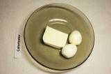 Шаг 3. Яйца отварить, почистить, добавить сыр и растереть с помощью вилки.