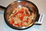 Шаг 2. Лук нарезать полукольцами, а перец - полосками. Обжарить овощи до полугот