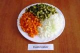 Шаг 2. Очистить и помыть морковь и лук. Нарезать соленые огурцы, лук и морковь