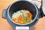 Шаг 4. Выложить в чашу мультиварки лук, морковь и огурцы.