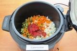 Шаг 5. Добавить растительное масло и томатную пасту, перемешать.