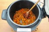 Шаг 6. Нажать кнопку ЖАРКА. Обжаривать овощи при открытой крышке в течение 7 мин