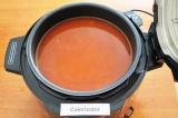 Шаг 8. Влить огуречный рассол и воду, посолить и поперчить по вкусу. Перемешать