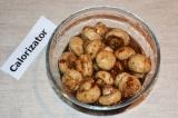 Шаг 5. Слить воду с грибов и заправить их соевым соусом с чесноком. При подаче